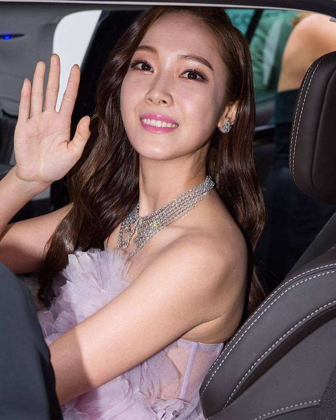 Tưởng phải chặt chém trên thảm đỏ Cannes, nhưng Jessica lại có phần mờ nhạt và sến khi diện đầm tím mộng mơ  - Ảnh 1.