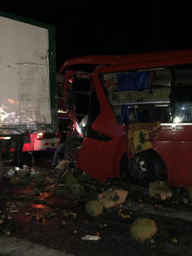 Ninh Thuận: Xe khách va chạm với xe container, ít nhất 12 người trọng thương - Ảnh 1.
