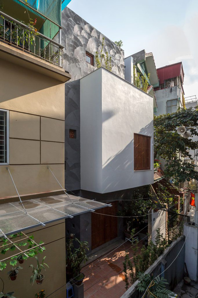 Ngôi nhà 66m² trong hẻm ấn tượng đến khó rời mắt nhờ bức tường cào vữa ở quận Cầu Giấy - Ảnh 1.
