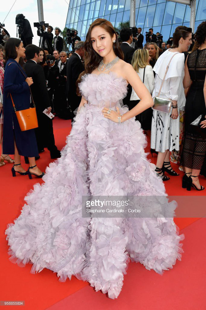 Jessica bất ngờ xuất hiện tại thảm đỏ Cannes với chiếc váy bồng bềnh màu tím mộng mơ  - Ảnh 1.