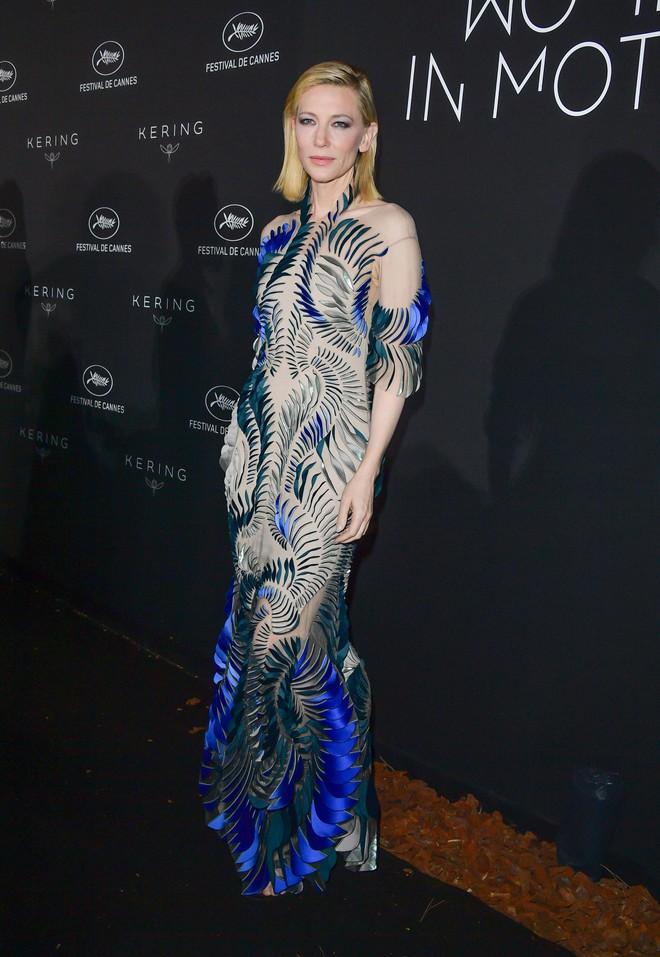 17 bộ váy đẹp nhất thảm đỏ Cannes 2018 thì ắt hơn chục bộ chỉ dành cho những nàng ngực mini - Ảnh 1.
