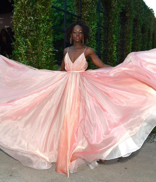 17 bộ váy đẹp nhất thảm đỏ Cannes 2018 thì ắt hơn chục bộ chỉ dành cho những nàng ngực mini - Ảnh 2.