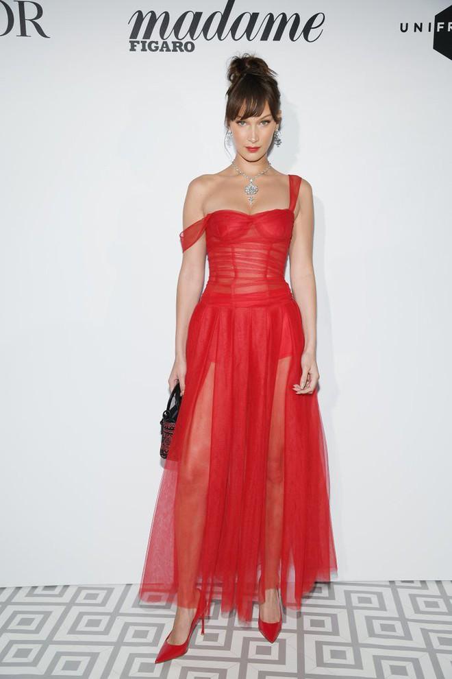 17 bộ váy đẹp nhất thảm đỏ Cannes 2018 thì ắt hơn chục bộ chỉ dành cho những nàng ngực mini - Ảnh 11.