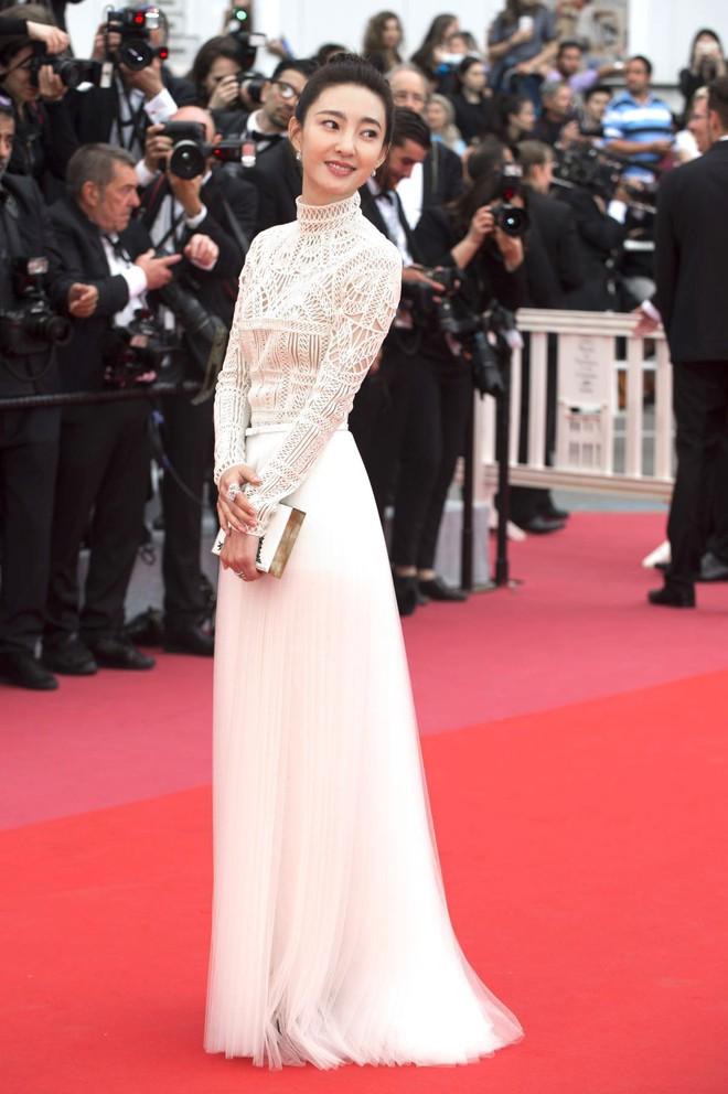 17 bộ váy đẹp nhất thảm đỏ Cannes 2018 thì ắt hơn chục bộ chỉ dành cho những nàng ngực mini - Ảnh 14.