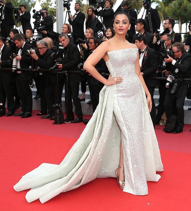 17 bộ váy đẹp nhất thảm đỏ Cannes 2018 thì ắt hơn chục bộ chỉ dành cho những nàng ngực mini - Ảnh 16.