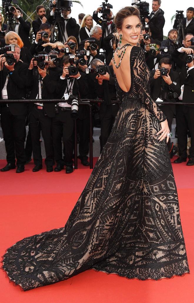 Thảm đỏ Cannes những ngày qua không thiếu công chúa nhưng phải tới hôm nay, nữ hoàng mới thực sự xuất hiện - Ảnh 2.