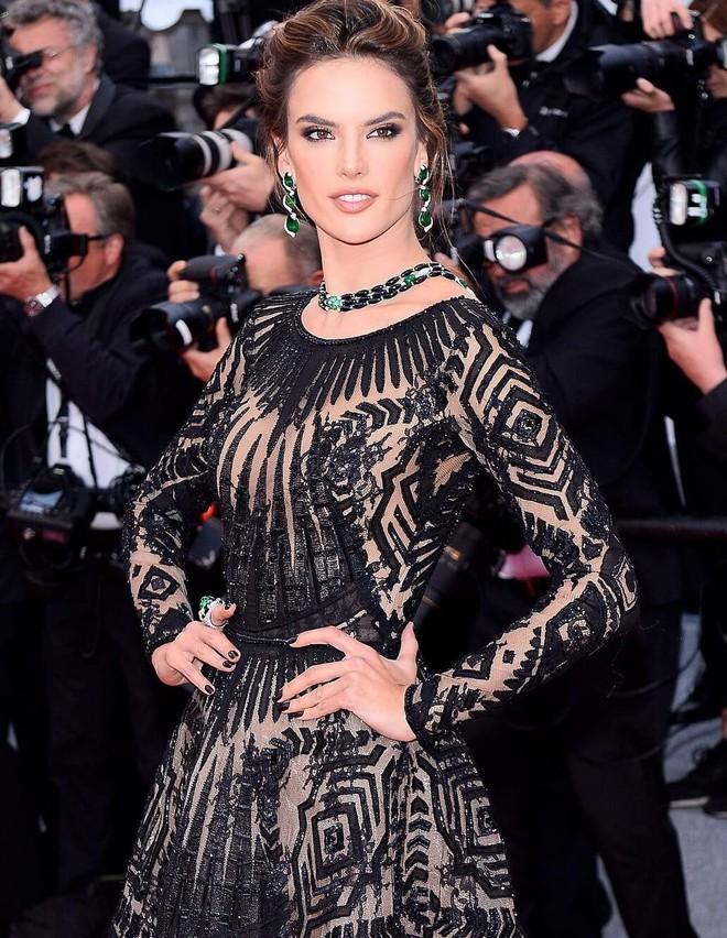 Thảm đỏ Cannes những ngày qua không thiếu công chúa nhưng phải tới hôm nay, nữ hoàng mới thực sự xuất hiện - Ảnh 3.