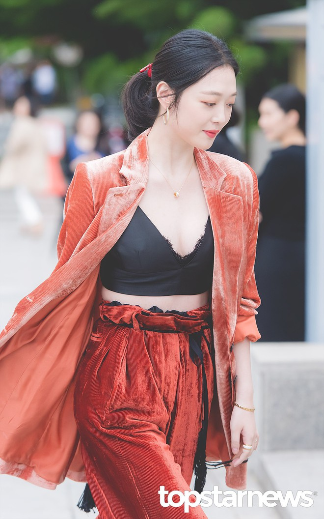 Sulli trở lại đẹp xuất sắc với màn hở ngực táo bạo, chấp cả Hoa hậu Hàn đẹp nhất thế giới và chị đại Kim Hye Soo - Ảnh 5.