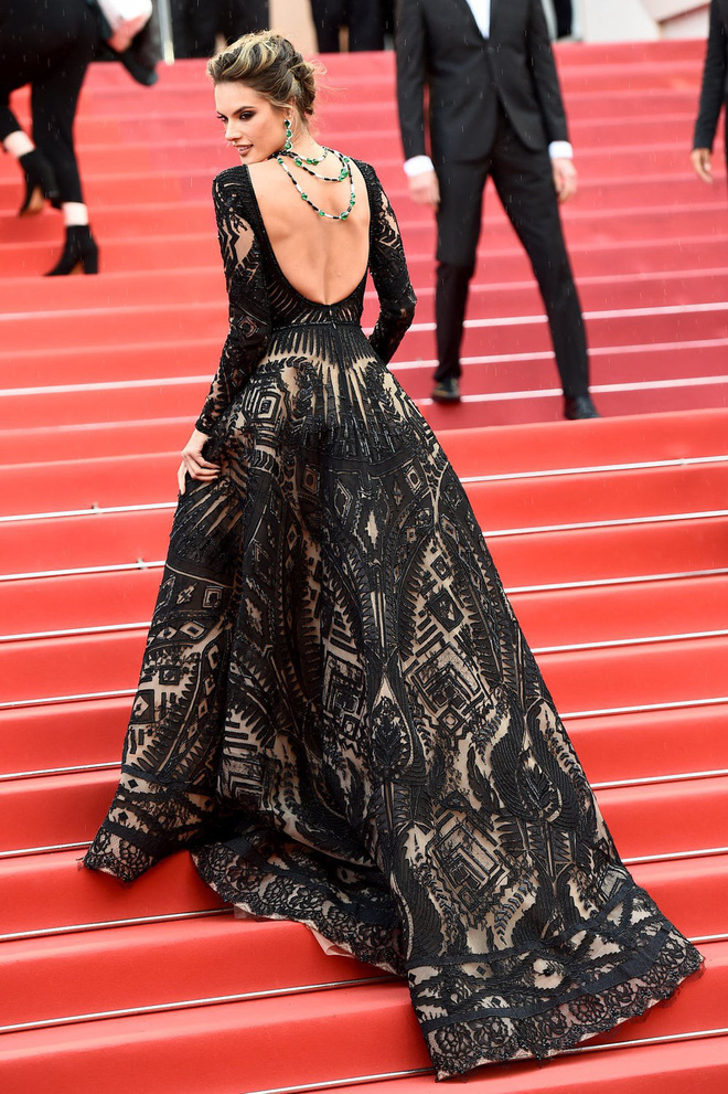 Thảm đỏ Cannes những ngày qua không thiếu công chúa nhưng phải tới hôm nay, nữ hoàng mới thực sự xuất hiện - Ảnh 4.
