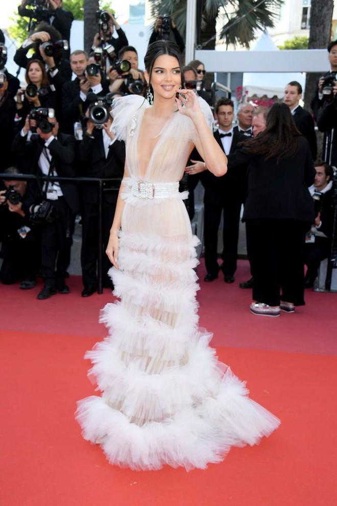 17 bộ váy đẹp nhất thảm đỏ Cannes 2018 thì ắt hơn chục bộ chỉ dành cho những nàng ngực mini - Ảnh 8.