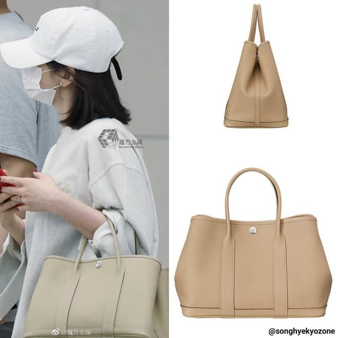 Diện đồ đơn giản ra sân bay, nhưng túi xách của Song Hye Kyo mới là thứ mà người ta chú ý nhất - Ảnh 6.