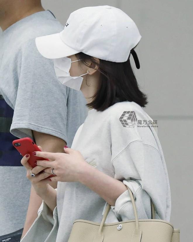 Diện đồ đơn giản ra sân bay, nhưng túi xách của Song Hye Kyo mới là thứ mà người ta chú ý nhất - Ảnh 2.