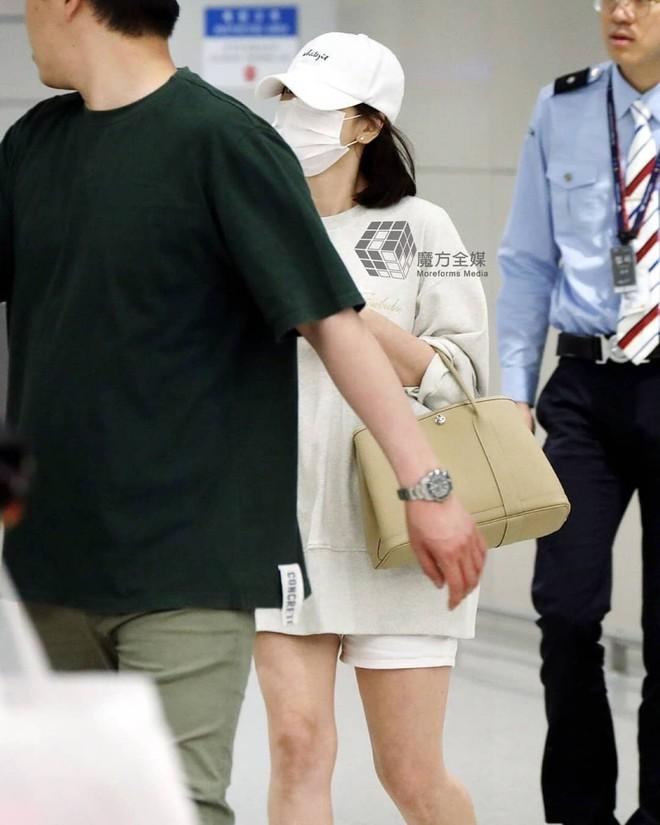 Diện đồ đơn giản ra sân bay, nhưng túi xách của Song Hye Kyo mới là thứ mà người ta chú ý nhất - Ảnh 3.