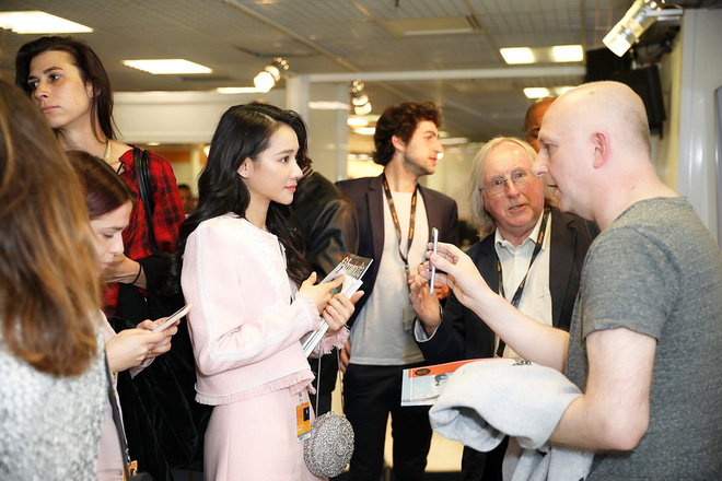 Ngày thứ 2 ở Cannes: Nhã Phương gây choáng cho fan Việt khi xuất hiện trong khu vực giới thiệu tài năng - Ảnh 2.