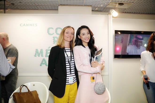Ngày thứ 2 ở Cannes: Nhã Phương gây choáng cho fan Việt khi xuất hiện trong khu vực giới thiệu tài năng - Ảnh 3.