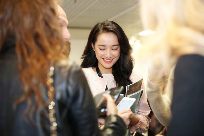 Ngày thứ 2 ở Cannes: Nhã Phương gây choáng cho fan Việt khi xuất hiện trong khu vực giới thiệu tài năng - Ảnh 4.