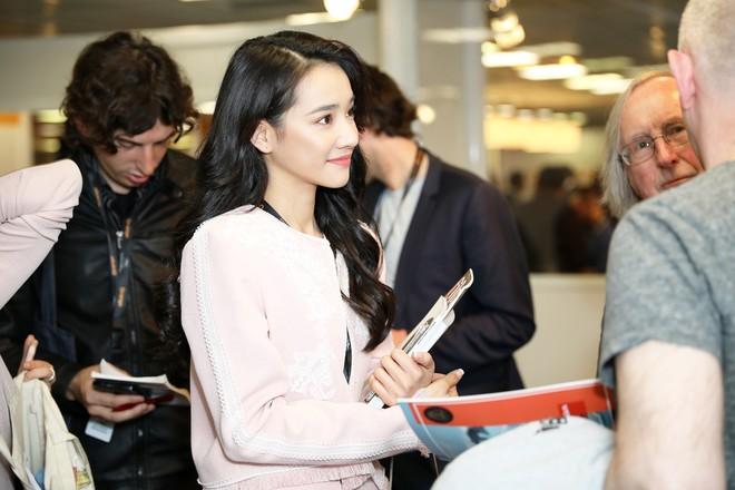 Ngày thứ 2 ở Cannes: Nhã Phương gây choáng cho fan Việt khi xuất hiện trong khu vực giới thiệu tài năng - Ảnh 5.