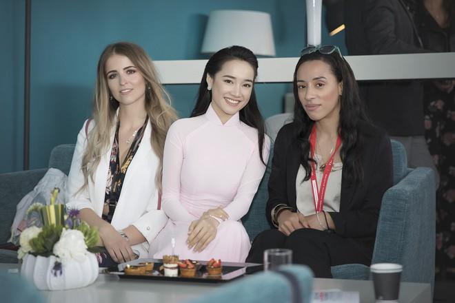 Ngày thứ 2 ở Cannes: Nhã Phương gây choáng cho fan Việt khi xuất hiện trong khu vực giới thiệu tài năng - Ảnh 8.