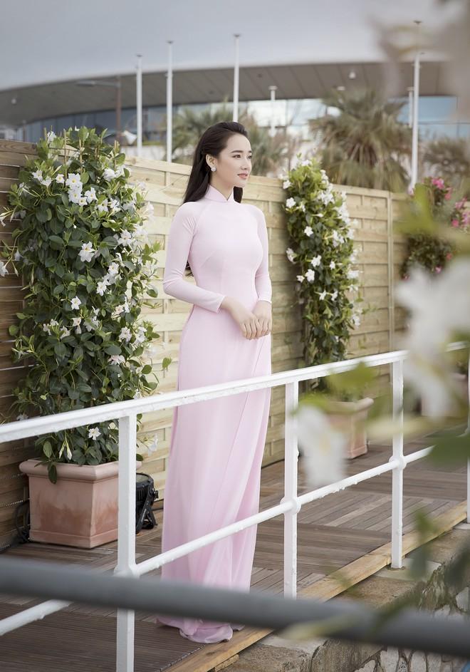 Ngày thứ 2 ở Cannes: Nhã Phương gây choáng cho fan Việt khi xuất hiện trong khu vực giới thiệu tài năng - Ảnh 9.