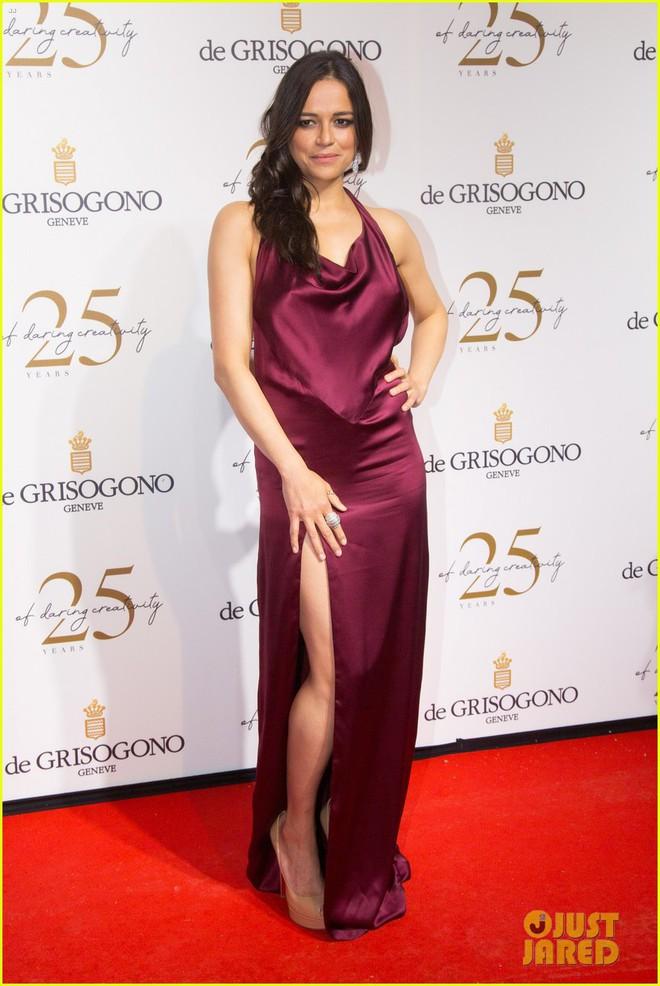 Dàn mỹ nhân cùng khoe body bốc lửa tại Cannes, đả nữ Fast & Furious suýt lộ cả vòng 1 trên thảm đỏ - Ảnh 2.