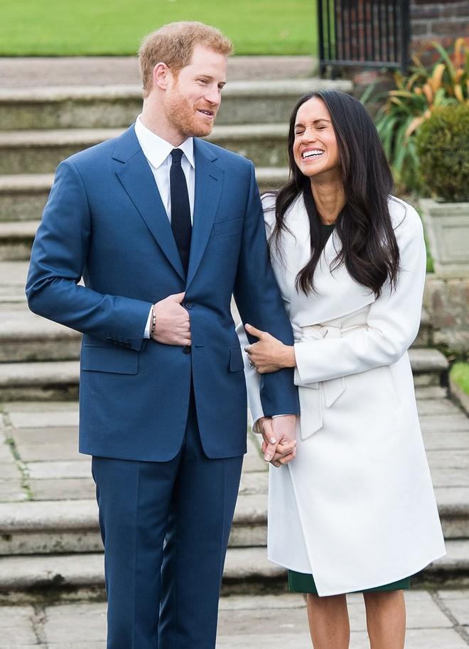 Không thể lầy lội hơn: nhiều fan đổ xô in ảnh chân dung Hoàng tử Harry và hôn thê Meghan Markle lên đồ bơi trước thềm đám cưới - Ảnh 1.