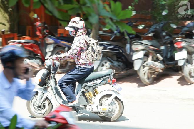 Muôn kiểu chống nắng nóng của người Hà Nội trong những ngày đầu hè - Ảnh 3.