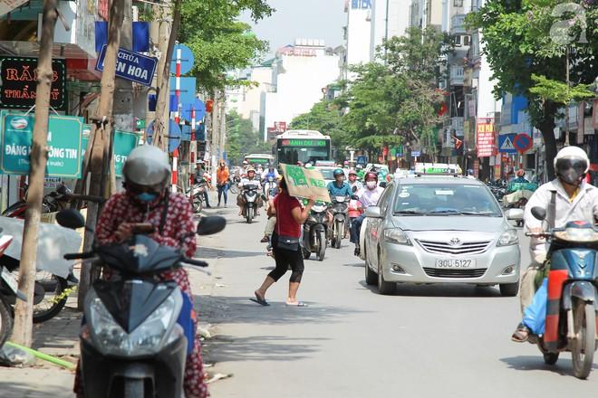Muôn kiểu chống nắng nóng của người Hà Nội trong những ngày đầu hè - Ảnh 8.