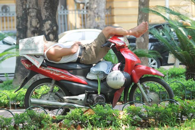 Muôn kiểu chống nắng nóng của người Hà Nội trong những ngày đầu hè - Ảnh 10.