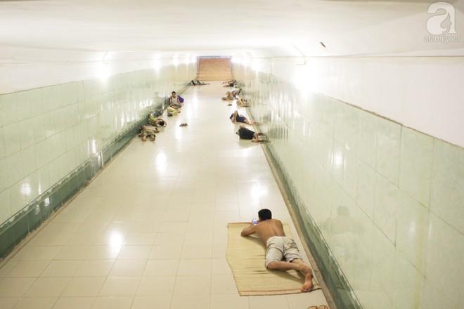 Muôn kiểu chống nắng nóng của người Hà Nội trong những ngày đầu hè - Ảnh 13.