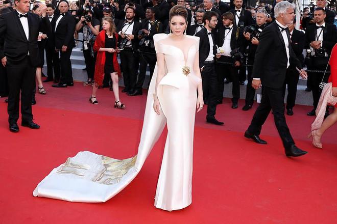 Mang cả Vịnh Hạ Long càn quét thảm đỏ, chắc hẳn đây là trang phục được Lý Nhã Kỳ đầu tư nhất tại LHP Cannes - Ảnh 2.