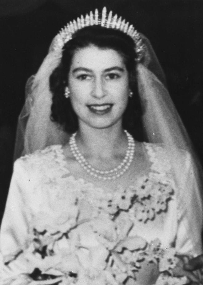 Chiêm ngưỡng lại những chiếc vương miện tinh xảo nhất trong lịch sử đám cưới Hoàng gia trước hôn lễ của Hoàng tử Harry