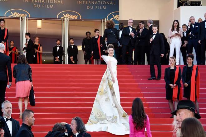 Mang cả Vịnh Hạ Long càn quét thảm đỏ, chắc hẳn đây là trang phục được Lý Nhã Kỳ đầu tư nhất tại LHP Cannes - Ảnh 5.