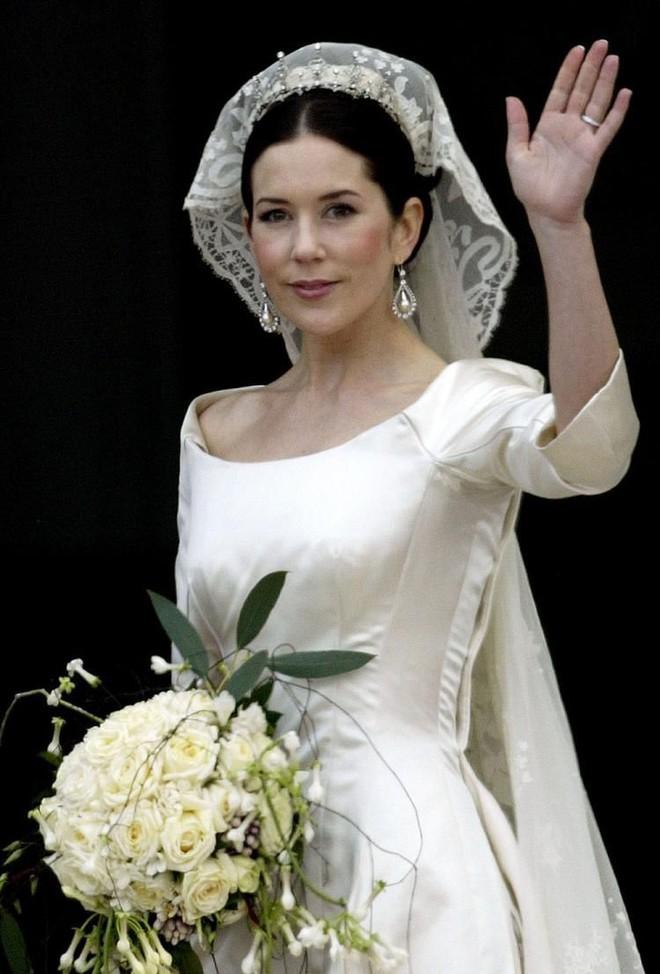 Chiêm ngưỡng lại những chiếc vương miện tinh xảo nhất trong lịch sử đám cưới Hoàng gia trước ngày hôn lễ của Hoàng tử Harry - Ảnh 11.