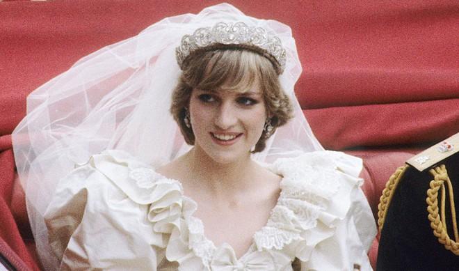 Chiêm ngưỡng lại những chiếc vương miện tinh xảo nhất trong lịch sử đám cưới Hoàng gia trước ngày hôn lễ của Hoàng tử Harry - Ảnh 2.