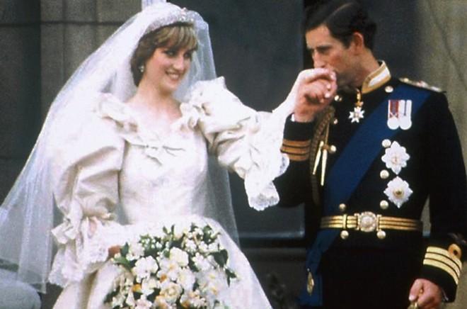 Chiêm ngưỡng lại những chiếc vương miện tinh xảo nhất trong lịch sử đám cưới Hoàng gia trước ngày hôn lễ của Hoàng tử Harry - Ảnh 3.