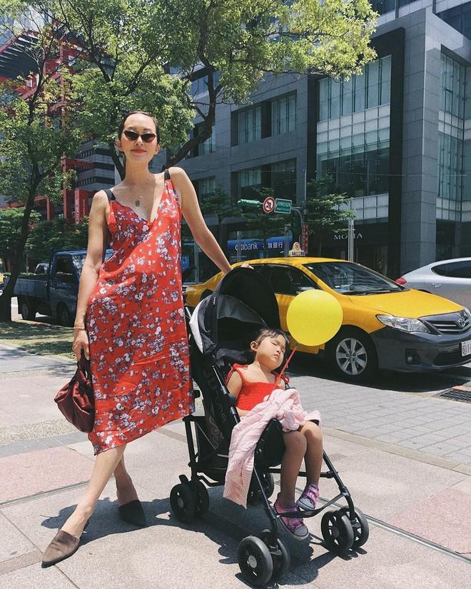 Các mẹ bầu phải học ngay cô nàng Chriselle Lim cách diện đồ thoải mái mà vẫn thời trang trong những ngày hè oi nóng - Ảnh 10.