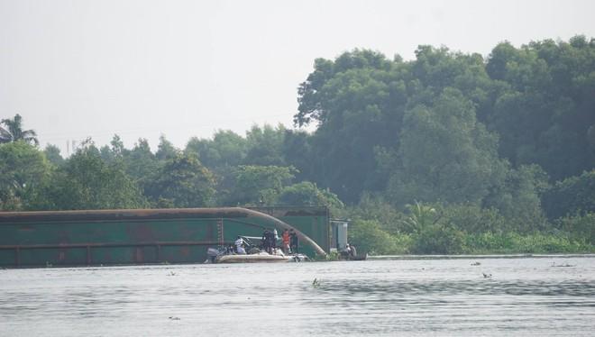 Bình Dương: Sà lan lật úp trên sông, bố đau đớn nhìn con trai 10 tuổi chết đuối, vợ và mẹ mất tích dưới sông Sài Gòn - ảnh 2