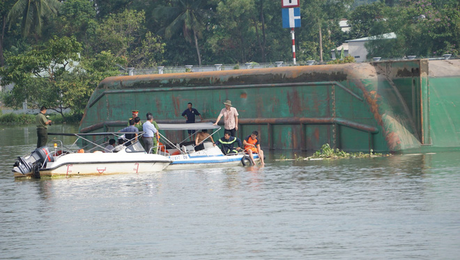 Bình Dương: Sà lan lật úp trên sông, bố đau đớn nhìn con trai 10 tuổi chết đuối, vợ và mẹ mất tích dưới sông Sài Gòn - ảnh 1