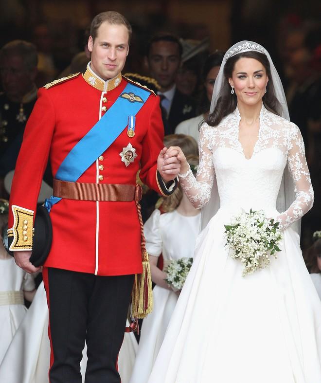 Chiêm ngưỡng lại những chiếc vương miện tinh xảo nhất trong lịch sử đám cưới Hoàng gia trước ngày hôn lễ của Hoàng tử Harry - Ảnh 5.