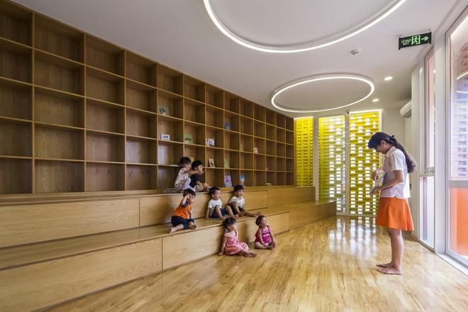 Các phòng học và phòng chức năng được thiết kế xoay quay không gian trung tâm.