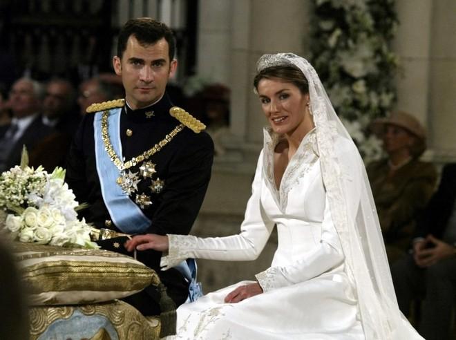 Chiêm ngưỡng lại những chiếc vương miện tinh xảo nhất trong lịch sử đám cưới Hoàng gia trước ngày hôn lễ của Hoàng tử Harry - Ảnh 7.