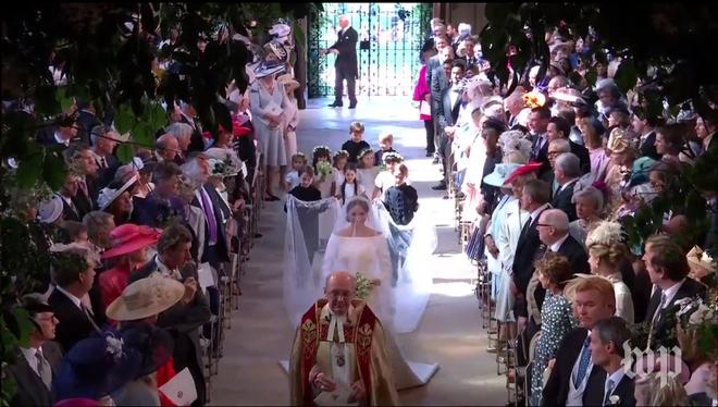 Không phải thiết kế cầu kì, Meghan Markle diện váy cưới của Givenchy đơn giản tinh khôi nhưng vẫn đẹp đến nao lòng - Ảnh 4.