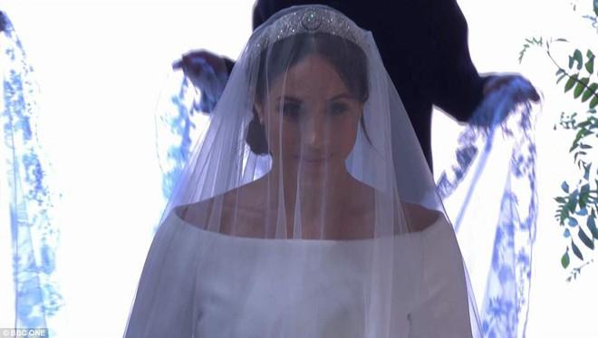 Không phải thiết kế cầu kì, Meghan Markle diện váy cưới của Givenchy đơn giản tinh khôi nhưng vẫn đẹp đến nao lòng - Ảnh 5.