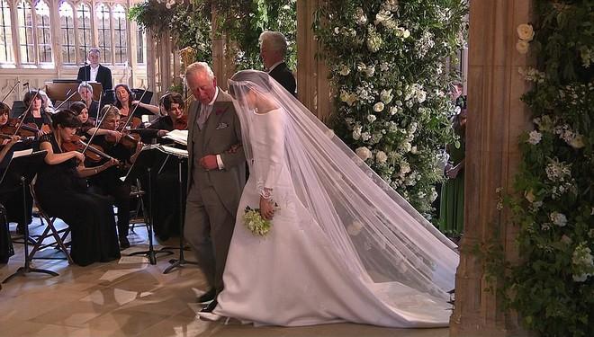 Không phải thiết kế cầu kì, Meghan Markle diện váy cưới của Givenchy đơn giản tinh khôi nhưng vẫn đẹp đến nao lòng - Ảnh 8.