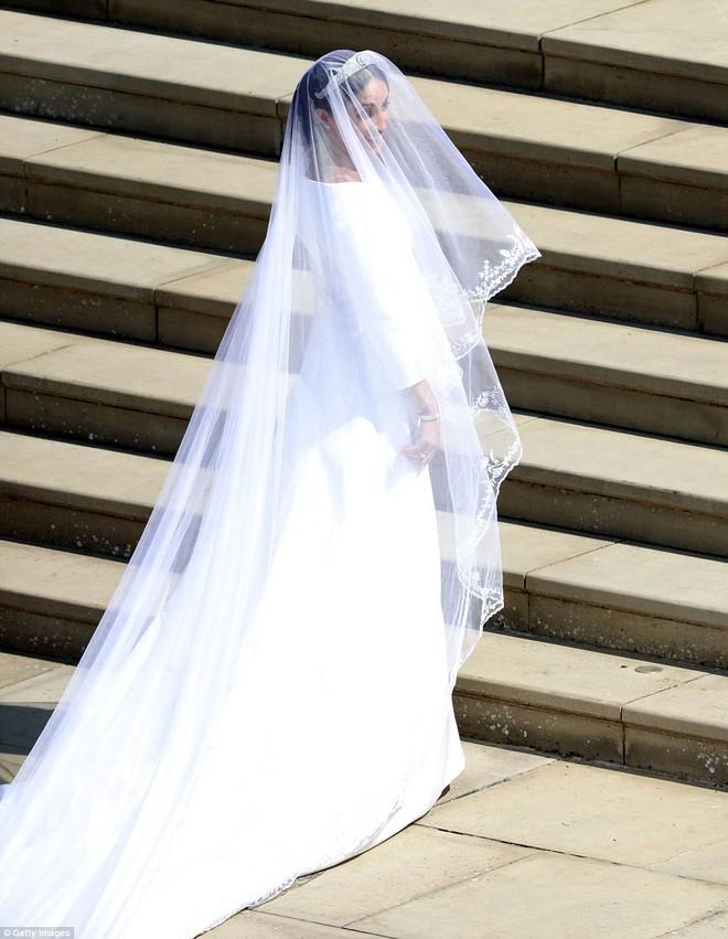 Không phải thiết kế cầu kì, Meghan Markle diện váy cưới của Givenchy đơn giản tinh khôi nhưng vẫn đẹp đến nao lòng - Ảnh 2.