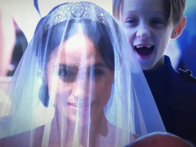 Sau cô bé cáu kỉnh, lại xuất hiện thêm một nhân vật nhí siêu dễ thương gây chú ý trong đám cưới của Hoàng tử Harry và Meghan Markle - Ảnh 2.
