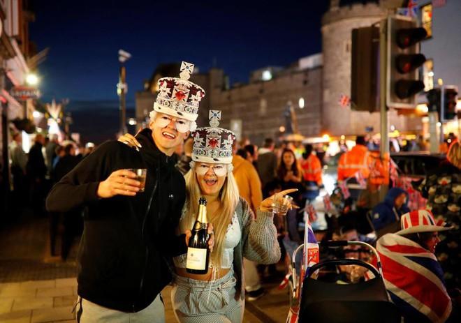 """Không khí trước giờ G đám cưới hoàng gia Anh: Người dân """"xếp chỗ"""" từ sớm mong diện kiến Hoàng tử Harry và tân nương"""