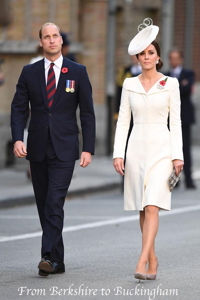 Hôm nay đám cưới em chồng, không phải ngẫu nhiên mà công nương Kate mặc lại kiểu váy cũ này - Ảnh 12.