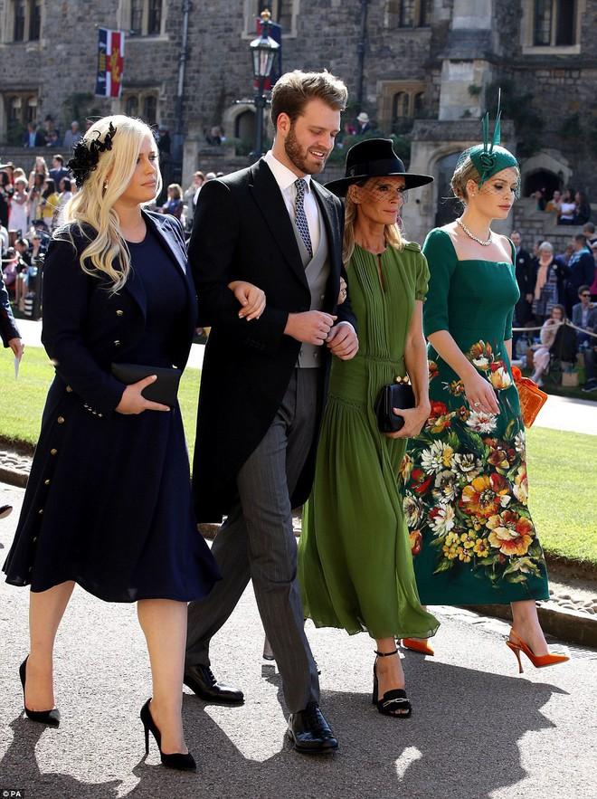 Đám cưới hoàng gia Anh: Hôn lễ kết thúc, cô dâu chú rể trao nhau nụ hôn ngọt ngào trước toàn thể mọi người - Ảnh 15.