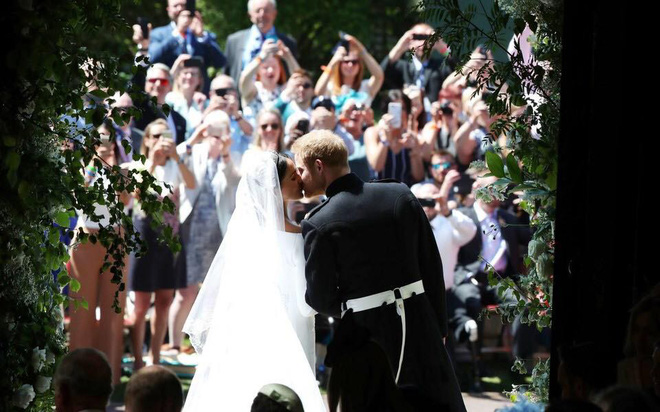 Đám cưới hoàng gia Anh: Hôn lễ kết thúc, cô dâu chú rể trao nhau nụ hôn ngọt ngào trước toàn thể mọi người - Ảnh 51.